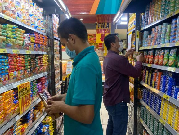 Procon-AM apreende mais de 50 Kg de produtos inadequados para consumo em supermercado na Zona Sul de Manaus